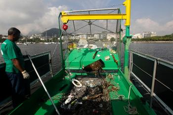 The Brazilian govt has decided of using helicopters and GPS to spot any floating rubbish over Guanabara Bay